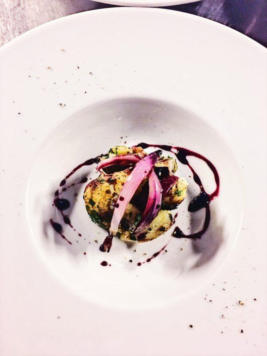 Patate nella cenere, cipolla di Tropea alla brace e ristretto di Nero d'Avola, ricetta dello chef Martino Beria